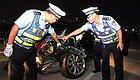 重磅视频�蚍杩癜碌�A8撞车撞树伤民警,警方连夜擒获嫌犯