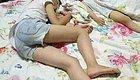 趁着2岁的女儿和4月的儿子睡觉, 妈妈去洗澡, 出来后痛哭流涕