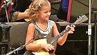 看7岁小萝莉弹俄罗斯国宝乐器,我的心里都暖开了花