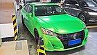 卧槽,一出停车场吓我一跳!绿色的14代丰田皇冠!
