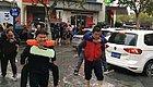 大雨过后,上海小学门口的一幕让人动容:十几个男人背着别人家的小孩去上学…