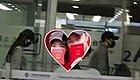 唐嫣罗晋甜蜜回国,首次同框现身机场,小两口机场手牵手非常甜蜜