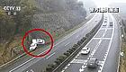 【微讲堂】亏了!高速路上男子一个动作要赔15万  事故原因很多重庆车主都有!